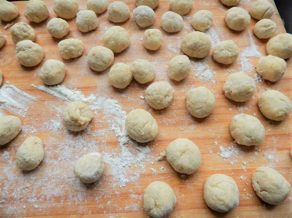 Knead the mashed potatoes into balls.
