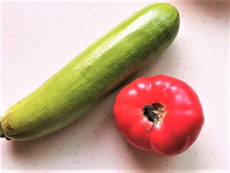 Prepare a zucchini and a tomato
