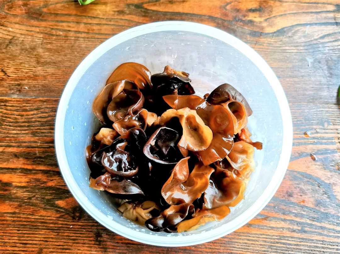 Soak the dried black fungus