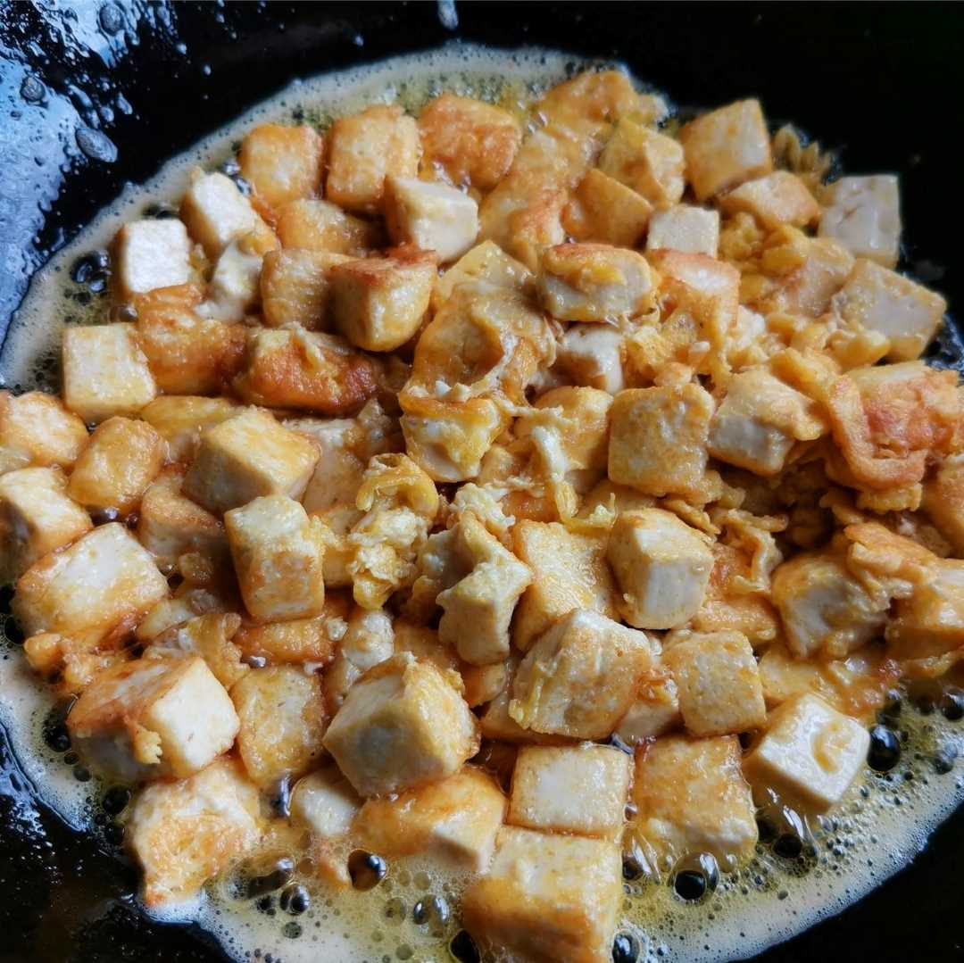 Fry the tofu until the skin becomes golden brown.