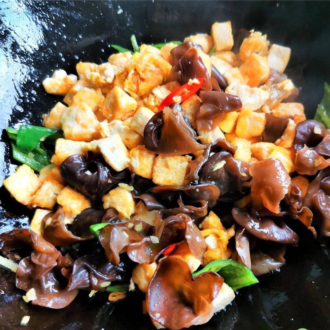 Tofu, Black Fungus And Green Peppers Stir-Fry Recipe 06