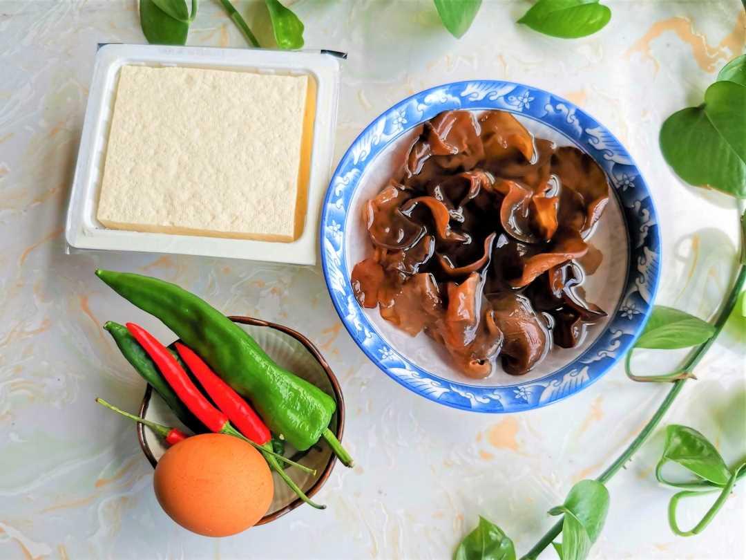 Tofu, Black Fungus And Green Peppers