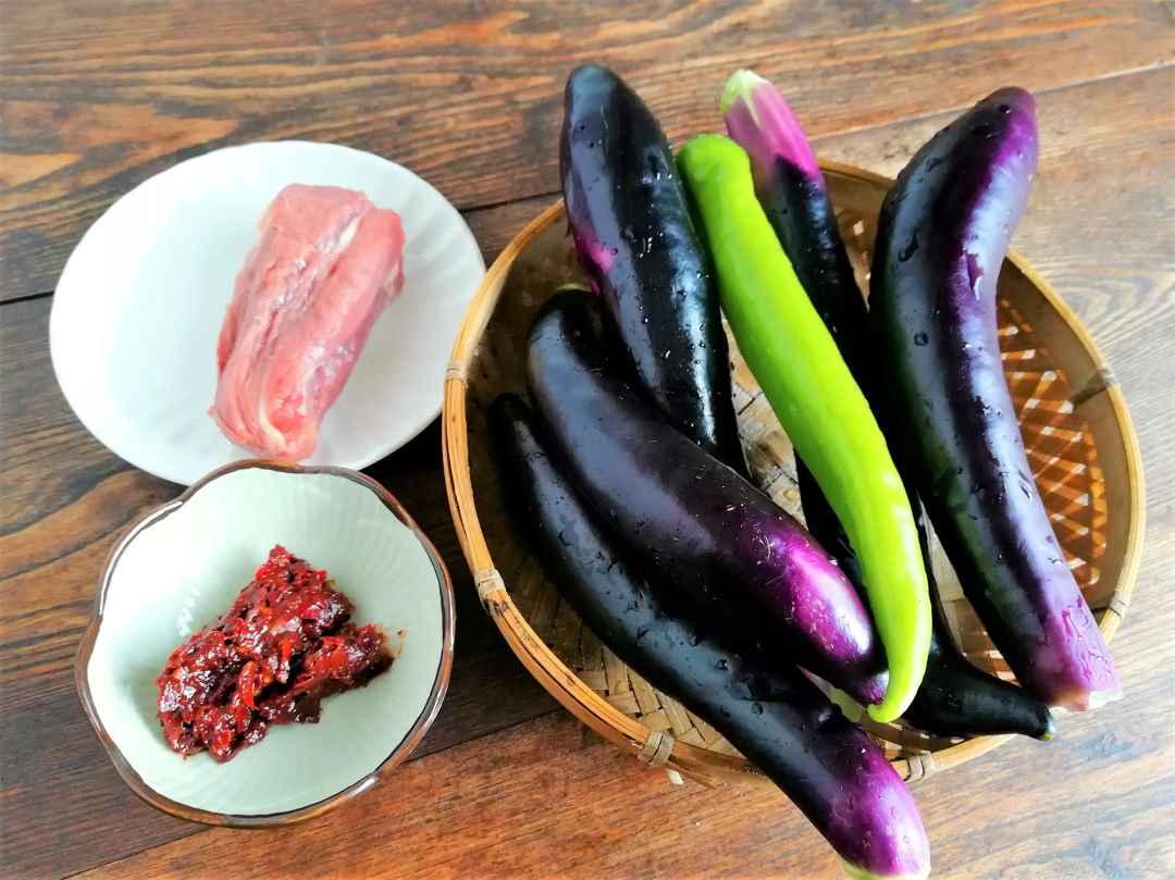 Fresh eggplant, a piece of pork and bean paste