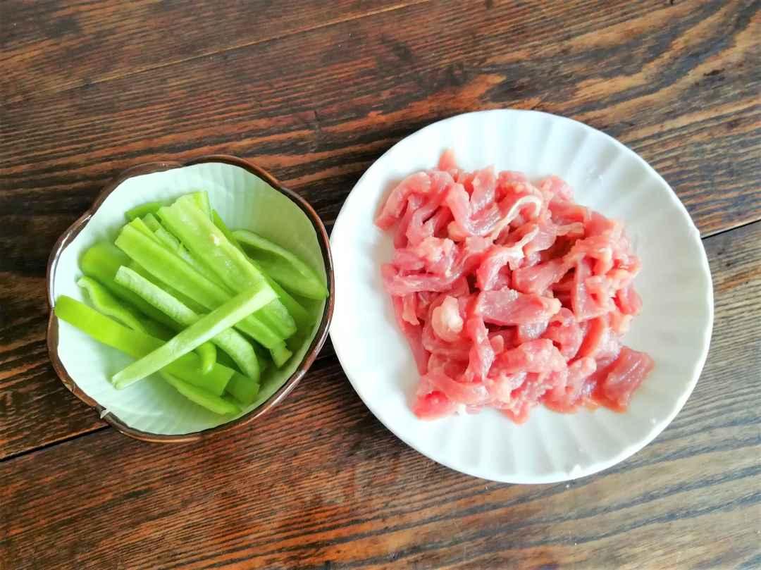 Green pepper strips and shredded pork