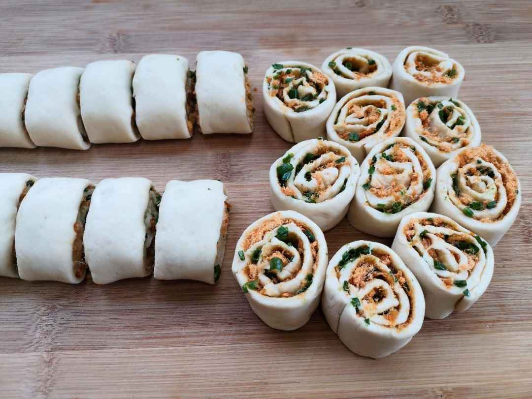 Slowly roll up the strip from the bottom, and then cut into small flower rolls of uniform size