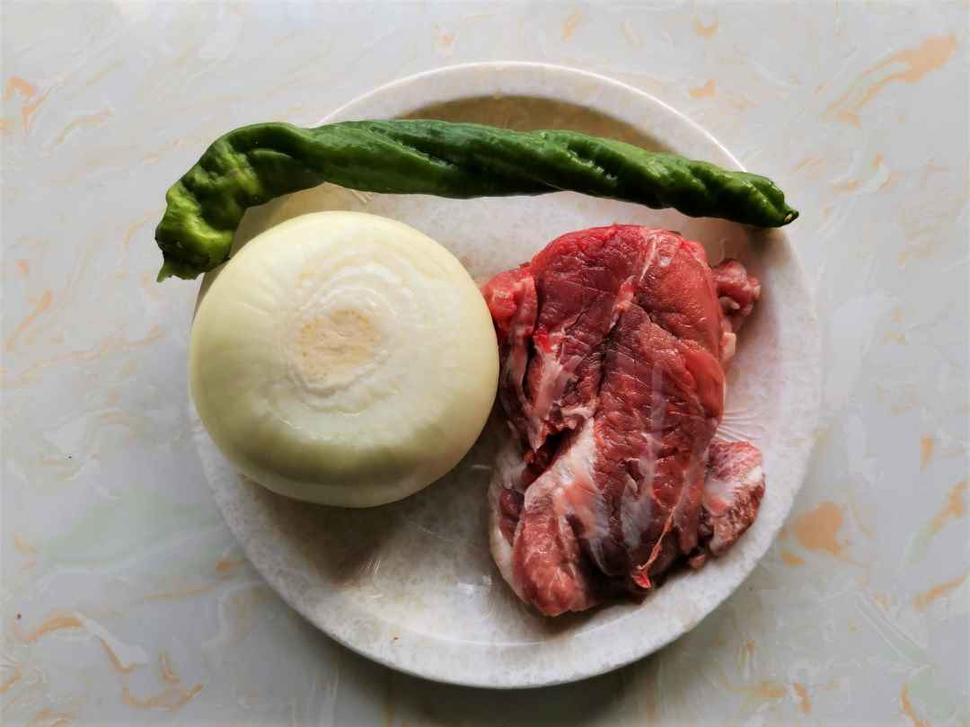 Prepare the ingredients needed for lamb fried onion