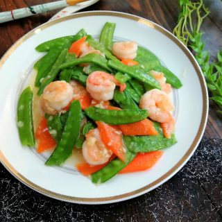 Stir-fry shrimps with snow peas and carrots light and nutritious dish
