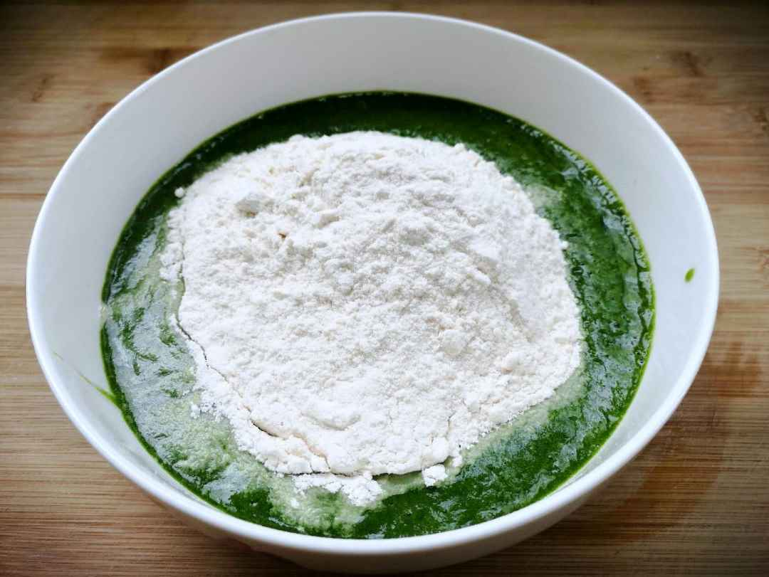 Add flour to the spinach juice